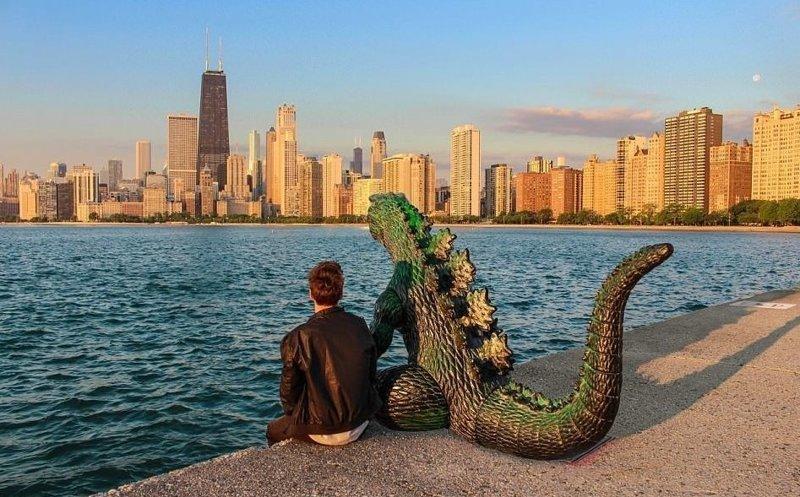Любуясь видами Чикаго Райан Годзиллинг, дино-путешественник, динозавр, на фоне памятников, необычно, оригинально, фото, фотографии