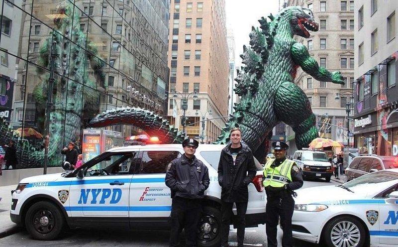Годзиллинг в Нью-Йорке Райан Годзиллинг, дино-путешественник, динозавр, на фоне памятников, необычно, оригинально, фото, фотографии