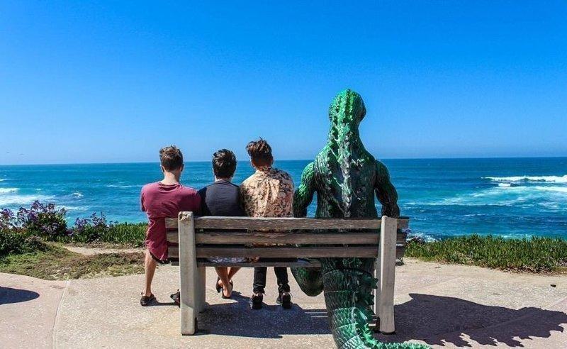 Калифорния: под шум прибоя Райан Годзиллинг, дино-путешественник, динозавр, на фоне памятников, необычно, оригинально, фото, фотографии