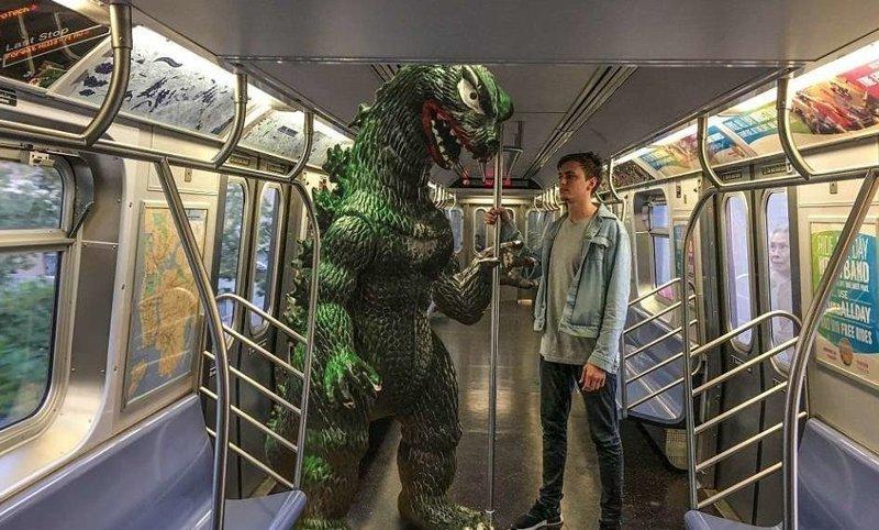 Подземка в Бруклине: ну, кто тут самый страшный? Райан Годзиллинг, дино-путешественник, динозавр, на фоне памятников, необычно, оригинально, фото, фотографии