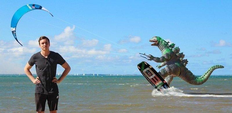 Лови волну! Райан Годзиллинг, дино-путешественник, динозавр, на фоне памятников, необычно, оригинально, фото, фотографии