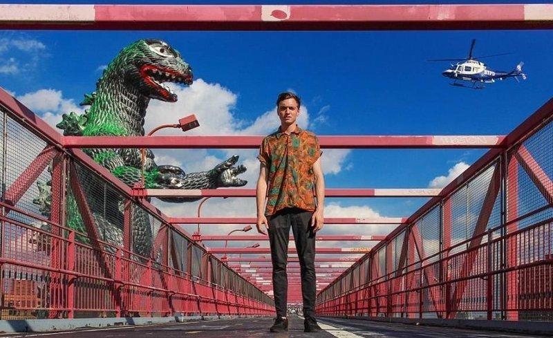 Монстр атакует! Райан Годзиллинг, дино-путешественник, динозавр, на фоне памятников, необычно, оригинально, фото, фотографии