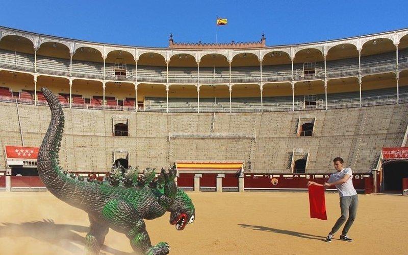 Необычная коррида в Мадриде Райан Годзиллинг, дино-путешественник, динозавр, на фоне памятников, необычно, оригинально, фото, фотографии