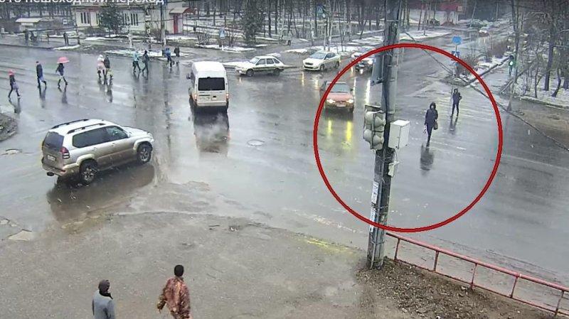 Водитель Мазды сбил женщину на переходе в Рыбинске авария, авария дня, авто, авто авария, видео, дтп, пешехода сбили, пешеходный переход