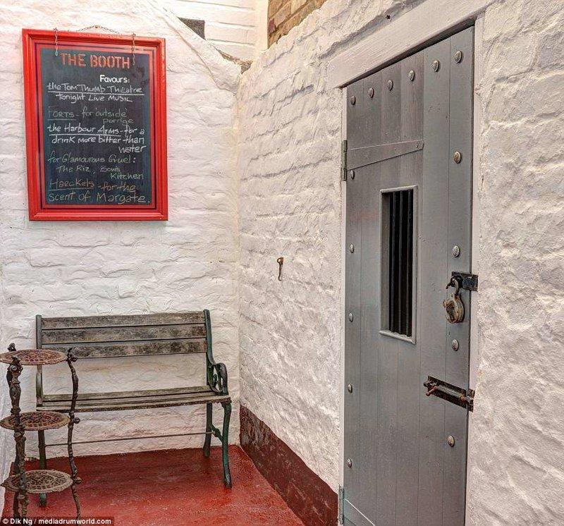 Входная дверь в необычную гостиницу Отель, Тюрьма, великобритания, гостиница, декор, за решеткой, интерьер, необычный