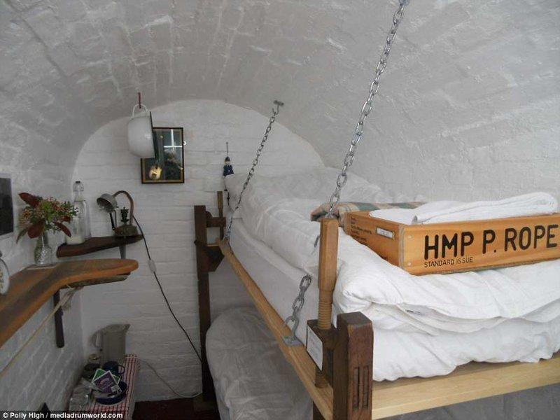 Номер - крохотная узенькая комнатушка, в которой стоит двухъярусная кровать Отель, Тюрьма, великобритания, гостиница, декор, за решеткой, интерьер, необычный