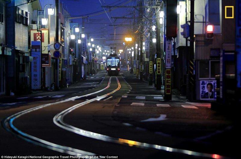 Рельсы железной дороги Эносима на торговой улице в Фудзисаве. Хидэюки Катагири, Япония National Geographic Travel, National Geographic Traveler, national geograhic, лучшие фото года, лучшие фотографии, путешествия, фотоконкурс, фотоконкурсы. природа