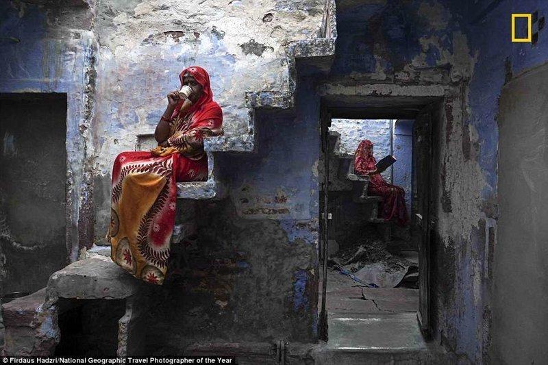 Две сестры на лестницах своего дома в Раджастане, Индия. Фирдаус Хадзри, Малайзия National Geographic Travel, National Geographic Traveler, national geograhic, лучшие фото года, лучшие фотографии, путешествия, фотоконкурс, фотоконкурсы. природа
