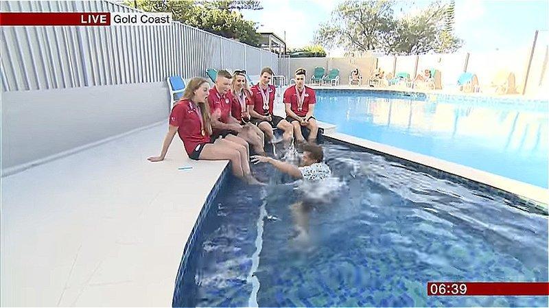 Видео: спортивный комментатор падает в бассейн во время репортажа видео, забавный случай, комментатор, пловцы, прикол, смешно, упал в бассейн, упал в воду