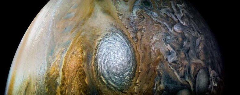 Гилл также опубликовал эту фотографию гигантского белого шторма на Юпитере, который NASA официально называет «антициклоническим белым овалом WS-4» кадр, космос, красота, планета, фото, юнона, юпитер