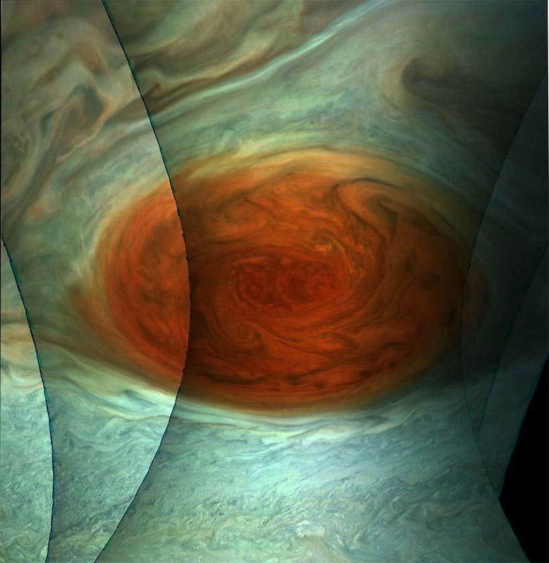 Они также применяют новые трюки для обработки более старых данных, переданных JunoCam. На этом изображении объединены несколько разных фотографий Большого Красного Пятна, сделанных в июле 2017 года кадр, космос, красота, планета, фото, юнона, юпитер