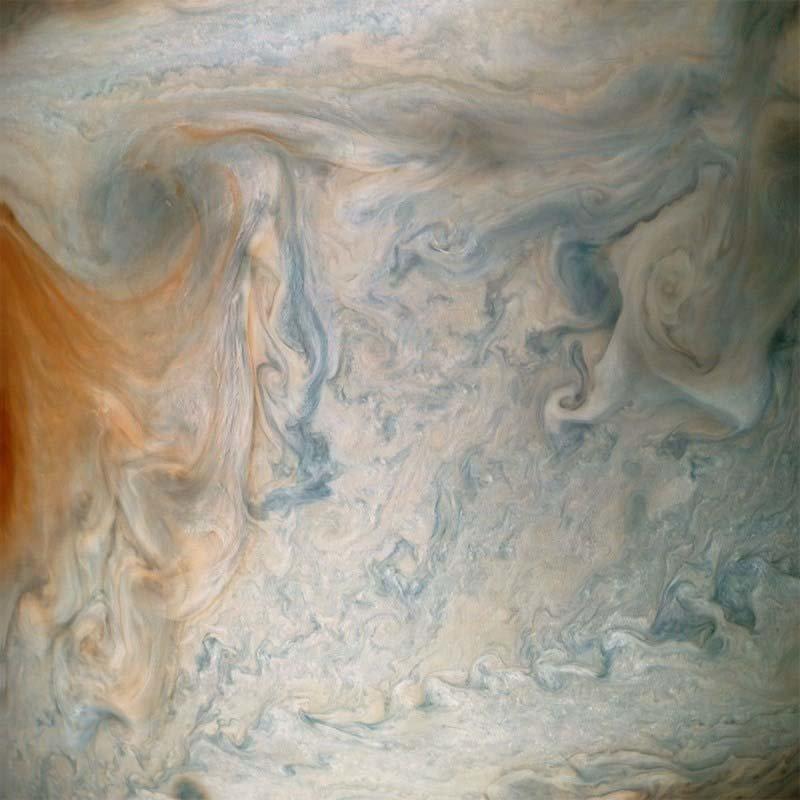Другие фотографии показывают крупным планом беспорядочные турбулентности в облаках вблизи Большого Красного Пятна кадр, космос, красота, планета, фото, юнона, юпитер