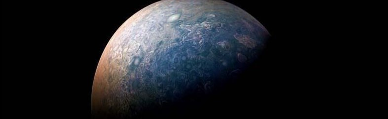 Затем эти слои обрабатываются и объединяются в потрясающие портреты планеты, вроде этого снимка северного полюса Юпитера кадр, космос, красота, планета, фото, юнона, юпитер