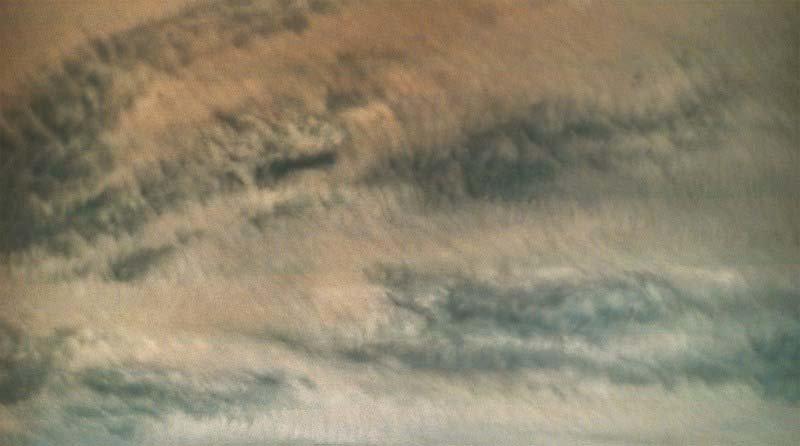 Во время каждого перийова «Юнона» проходит в нескольких тысячах километров от облачных вершин Юпитера. При этом скорость зонда достигает около 200 тысяч километров в час кадр, космос, красота, планета, фото, юнона, юпитер