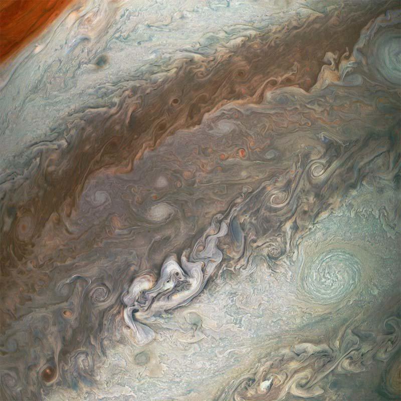 В темной полосе, вблизи Большого Красного Пятна, видны меньшие красные штормы кадр, космос, красота, планета, фото, юнона, юпитер