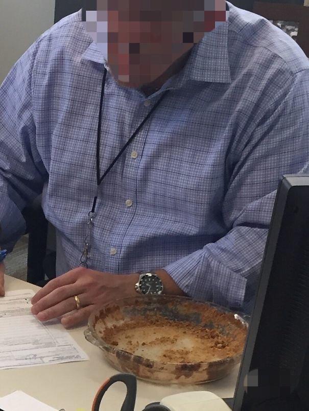 """21. """"Принесла пирог на работу. В полдень он пропал. Нашла его через несколько часов в кабинете начальника"""" босс, начальник, общение, офис, подчиненный, сотрудник, шутка, юмор"""
