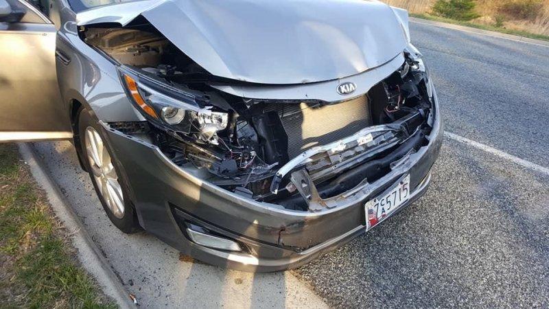 """Как видите, Вольво отделался лишь незначительно поврежденным бампером и легко смог продолжить движение, тогда как у """"корейца"""" оказалась разбита вся передняя часть. kia, volvo, авто, автомобили, дтп, надежность, прикол, прочность"""