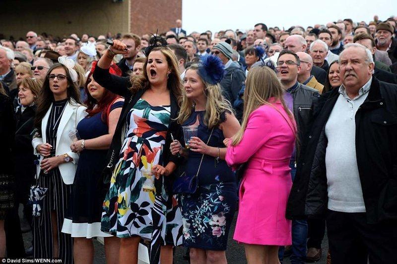 Посетители не могут сдержать эмоций, приветствуя участников скачек  Эйнтри, великобритания, дамы, девушки, женщины, наряды, праздник, скачки