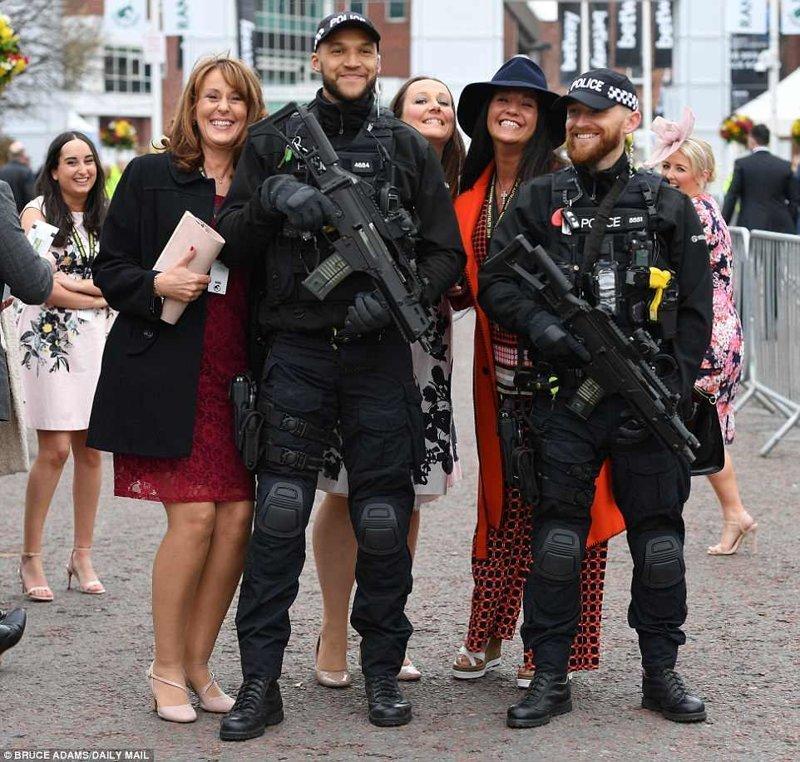 Фестиваль охраняют вооруженные полицейские, с которыми просто грех не сфотографироваться Эйнтри, великобритания, дамы, девушки, женщины, наряды, праздник, скачки