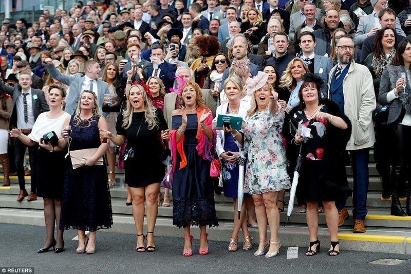 Фестиваль начался в четверг. А вот и фотографии первых его посетителей и посетительниц Эйнтри, великобритания, дамы, девушки, женщины, наряды, праздник, скачки