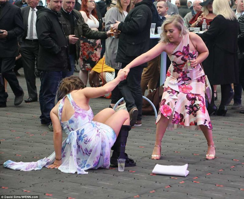 Да, все-таки в ортопедическом ботинке танцевать не очень удобно Эйнтри, великобритания, дамы, девушки, женщины, наряды, праздник, скачки