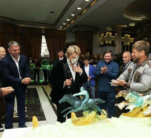 А во время посещения Чечни стал посмешищем, когда в шутку получил тортом в лицо актеры, бейонсе, девушки, джонни депп, знаменитости, пугачева, пьяные звезды