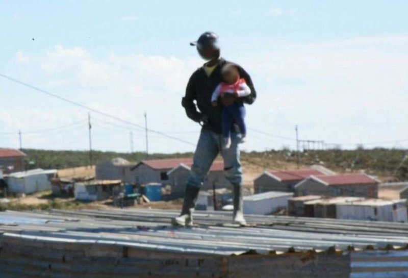 Шок: отец сбросил с крыши шестимесячную дочь ynews, Порт Элизабет, жестокость, новости, происшествие с ребенком, протест, снос хрущоб, юар