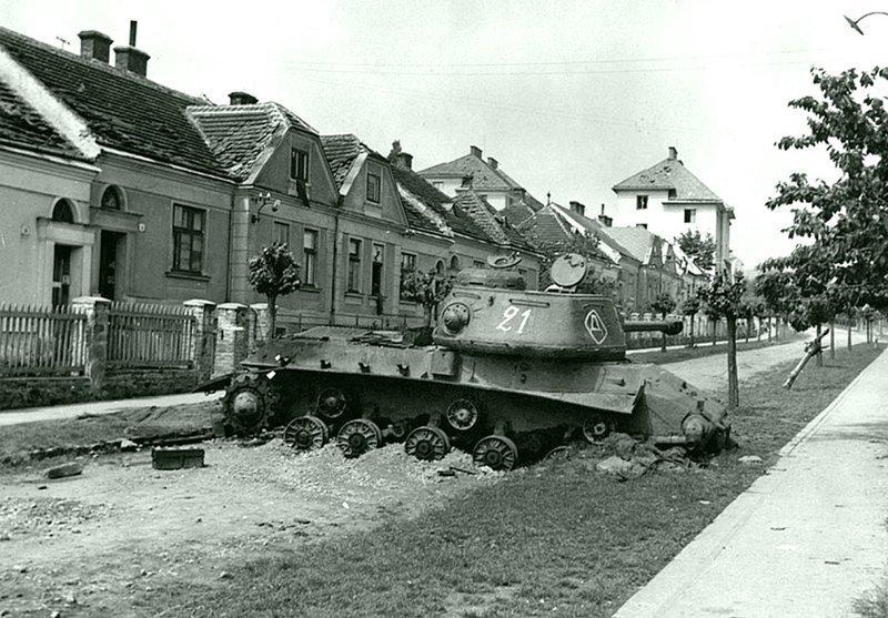 Тяжелый танк ИС-2 из состава 6-й гвардейской танковой армии, подбитый в городе Зноймо в Чехословакии. Аапрель 1945  Бронетехника СССР, Великая Отечественная  война, история