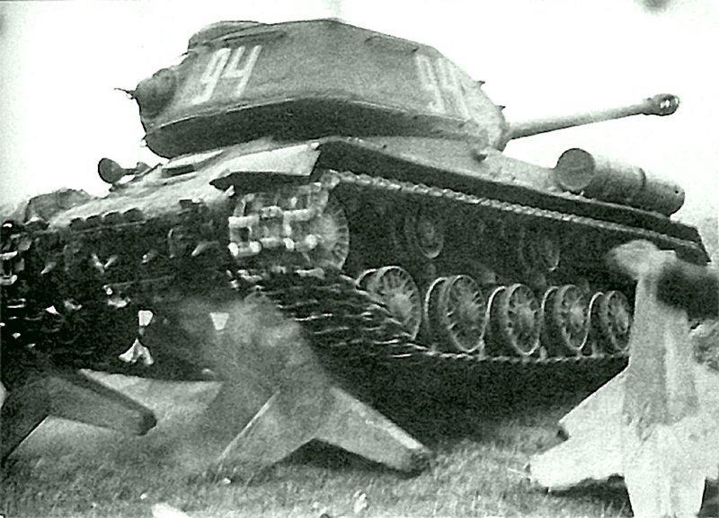 Танк ИС-2 преодолевает бетонные противотанковые «ежи». Восточная Пруссия, 3-й Белорусский фронт, январь 1945 г. Бронетехника СССР, Великая Отечественная  война, история