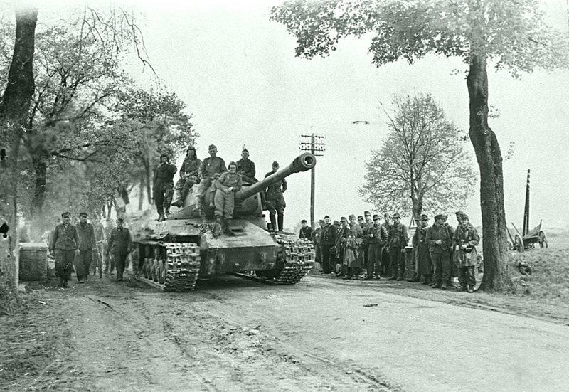 Советский тяжёлый танк ИС-2 на дороге у группы немецких военнопленных.  Германия, май 1945 Бронетехника СССР, Великая Отечественная  война, история