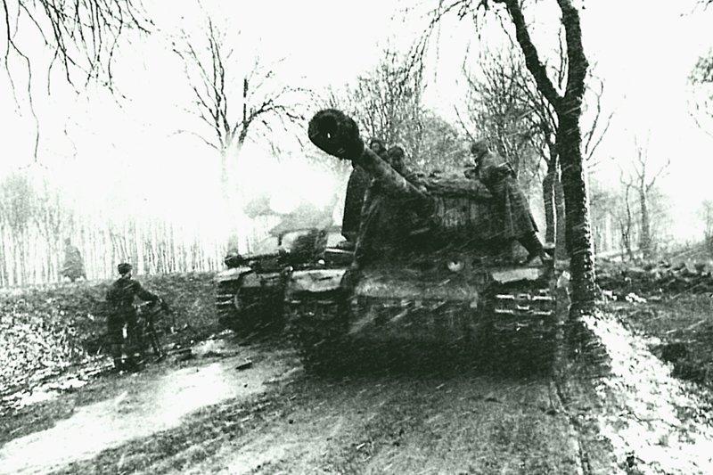 Танк ИС-2 1-го Белорусского фронта, с десантом на борту, движется по дороге на Берлин. На втором плане брошенная немецкая САУ StuG 40 Ausf. G поздних выпусков, с орудийной маской Saukopfblende (свиное рыло).  Германия, апрель 1945   Бронетехника СССР, Великая Отечественная  война, история