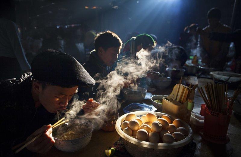 Завтрак продавцов на рынке в Ханое, Вьетнам. Фотограф Тон Хуу, главный победитель конкурса красота, лучшие фото, лучшие фотографии, победители, победители конкурса, фотография, фотоконкурс, фотоконкурсы