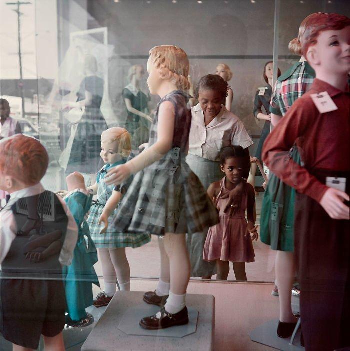 7. Девочка и ее бабушка рассматривают витрины магазина, Мобил, Алабама, 1956 г. 20 век, 20 век в цвете, 50-е, 50-е года, жизнь в Америке, жизнь в сша, старые фотографии, сша