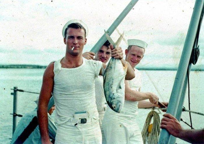 3. Крутые ребята на отдыхе - рыбалка, сигарета в зубах, сигаретная пачка в рукаве футболки, книга за поясом штанов, 1950-е гг. 20 век, 20 век в цвете, 50-е, 50-е года, жизнь в Америке, жизнь в сша, старые фотографии, сша