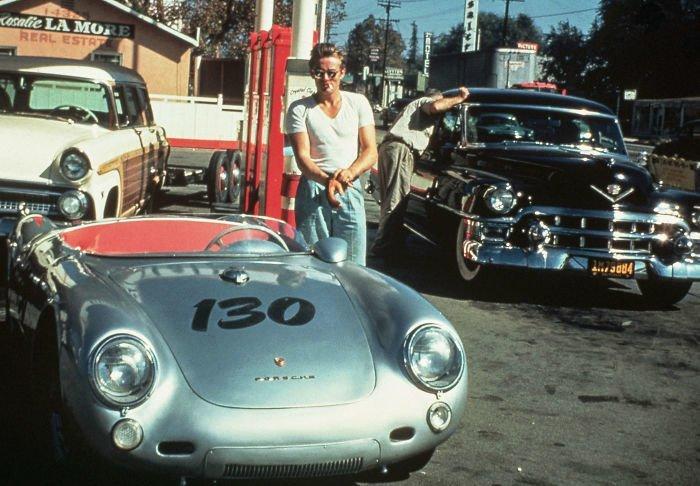 8. Джеймс Дин на заправке в Калифорнии всего за несколько часов до гибели, 30 сентября 1955 г. 20 век, 20 век в цвете, 50-е, 50-е года, жизнь в Америке, жизнь в сша, старые фотографии, сша