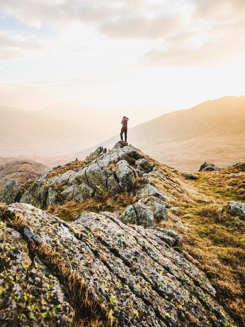 Фотограф-путешественник делает снимки крошечных фигур на фоне пейзажей красота мира, люди и природа, пейзажи, природа, природная красота, фигурки, фотограф, фотопроект