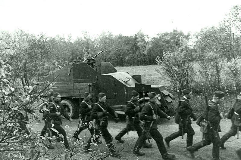 Колонна ленинградских ополченцев проходит мимо бронеавтомобиля на базе грузовика ЗиС-5.  Июль-август 1941 Автомобили РККА, Великая Отечественная Война, СССР