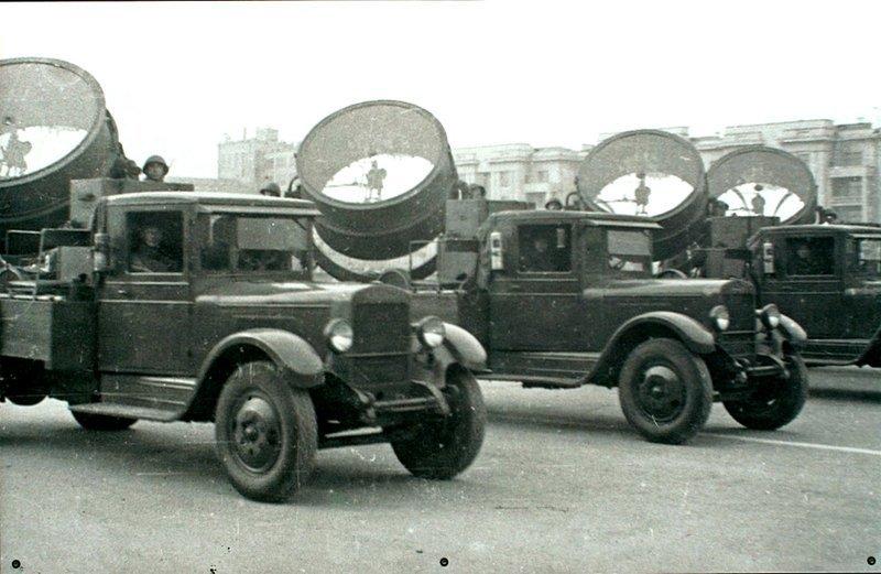 Расчеты зенитных прожекторных станциий 3-15-4 на грузовых автомобилях ЗиС-5 на параде 7 ноября 1941 года в городе Куйбышеве. Автомобили РККА, Великая Отечественная Война, СССР