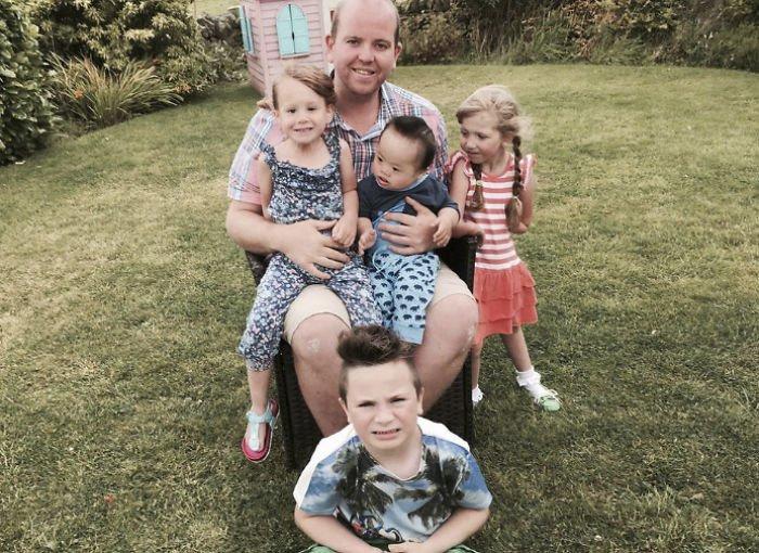 Гей-одиночка стал отцом-героем вот так бывает, дети-инвалиды, истории, личная жизнь, необычная семья, отец-одиночка, отцы и дети, усыновление