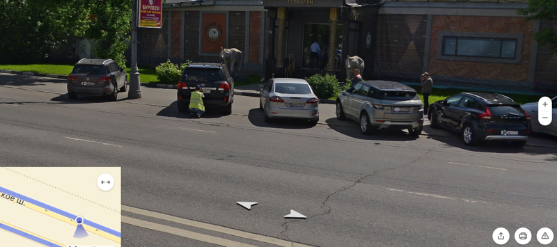 Ничего необычного, просто мужик заклеивает номера google maps, карты, прикол, юмор, яндекс