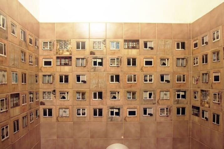 Это не двор, а плитка на стенах туалета двусмысленность, истории с подвохом, необычно, неоднозначно, оптические иллюзии, фото, фотография, что это было