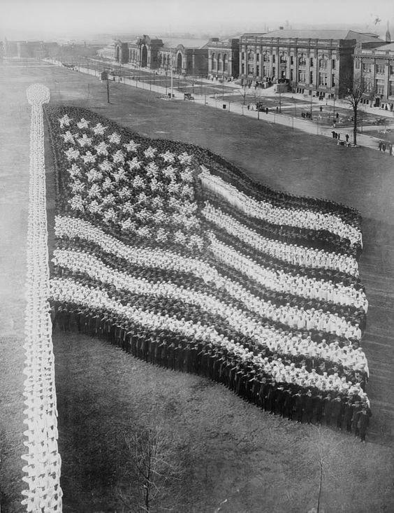 Флаг США, из 10.000 собравшихся в 1916 году.  Стоит отметить, что флаг имеет только 48 звезд - без Гавайи и Аляски инетресное, старые забавы, факты, фигуры из людей, флешмоб