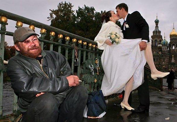 Русские на свадьбе любят фотографироваться с достопримечательностями жених, невеста, прикол, россия, свадьба, юмор
