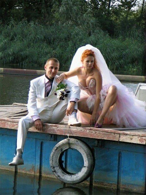 У русских всегда есть деньги на свадебные наряды, а вот фоном для снимков служит черти что жених, невеста, прикол, россия, свадьба, юмор
