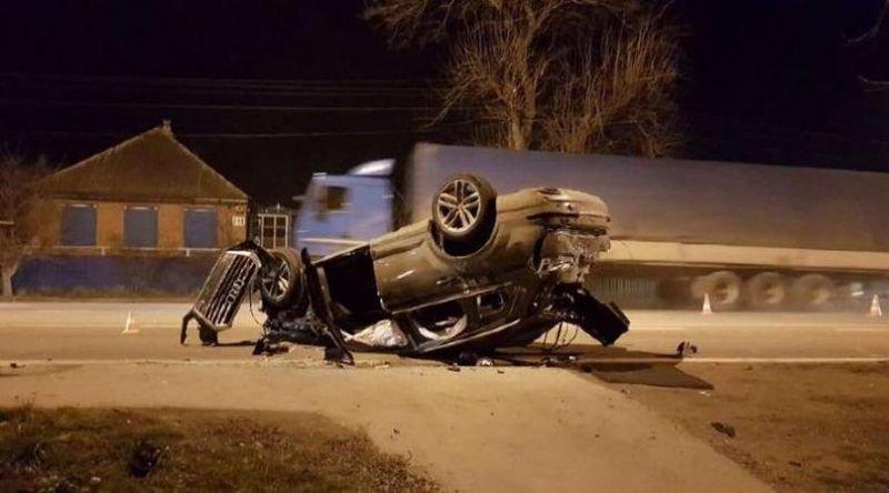 Через несколько минут на пересечении Мира и Советской Audi врезалась в два автомобиля - в большегруз и ВАЗ-2115, пассажирка которого получила травмы. audi, авария, авто, авто авария, видео, дтп, неадекват, пьяный за рулем