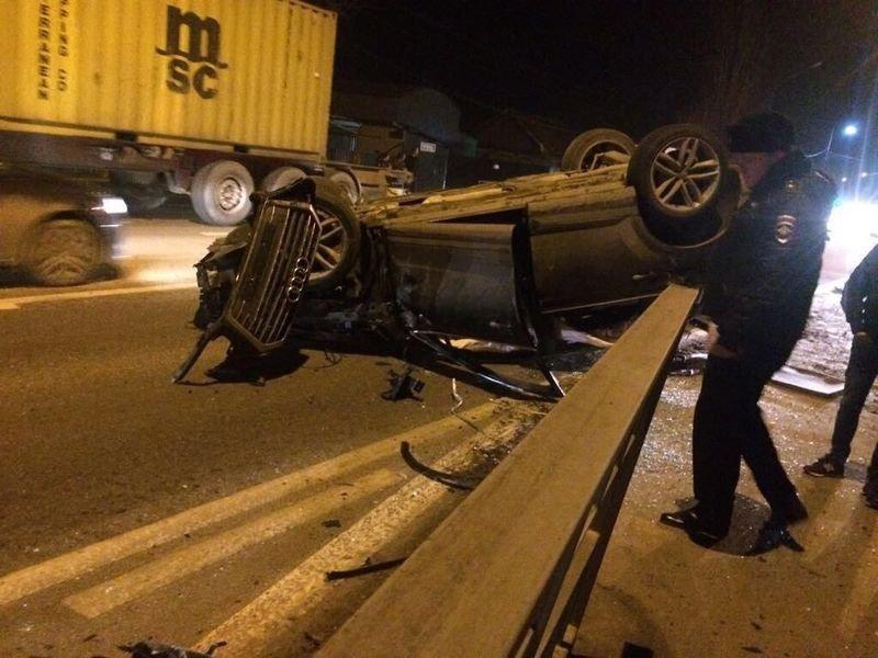 В результате столкновения Audi опрокинулась на крышу. Водитель иномарки 1972 года рождения не пострадал, его задержали. audi, авария, авто, авто авария, видео, дтп, неадекват, пьяный за рулем