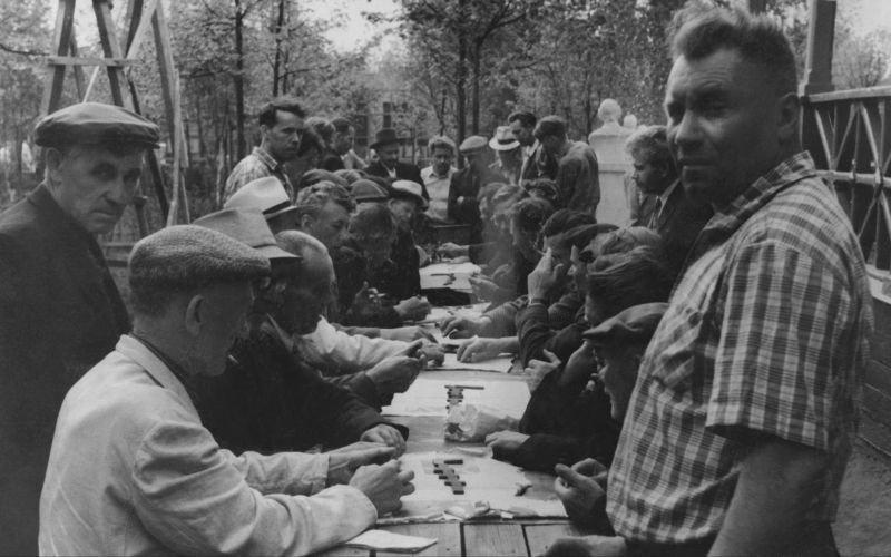 3. Домино. Собирались целыми дворами, проводили соревнования досуг в ссср, интересно, мужчины ссср, развлечения советских людей, фото