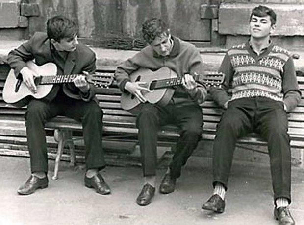 14. Во дворах играли на гитарах, устраивали мини-концерты досуг в ссср, интересно, мужчины ссср, развлечения советских людей, фото