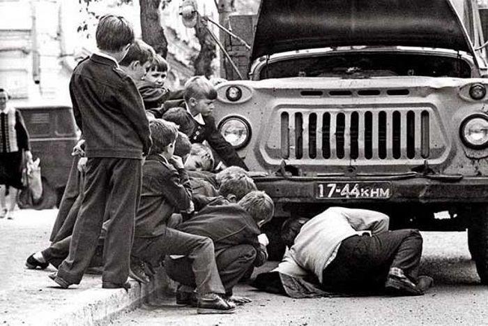 10. Если машина ломалась, то всем двором разбирались, а любопытные мальчишки бегали вокруг в качестве помощников досуг в ссср, интересно, мужчины ссср, развлечения советских людей, фото