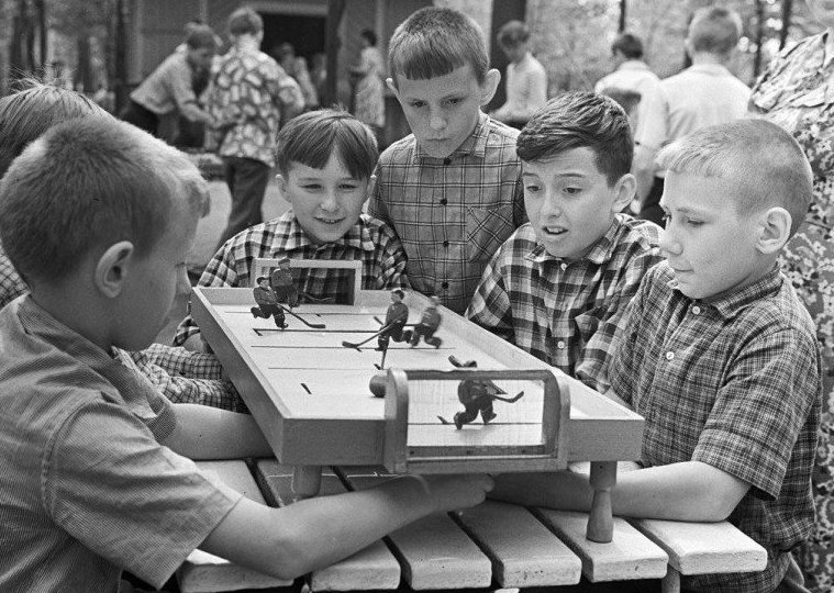 9. Летом в хоккей тоже играли, но уже с помощью игрушки досуг в ссср, интересно, мужчины ссср, развлечения советских людей, фото